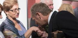 Tusk całuje Wałęsę i to w rękę!