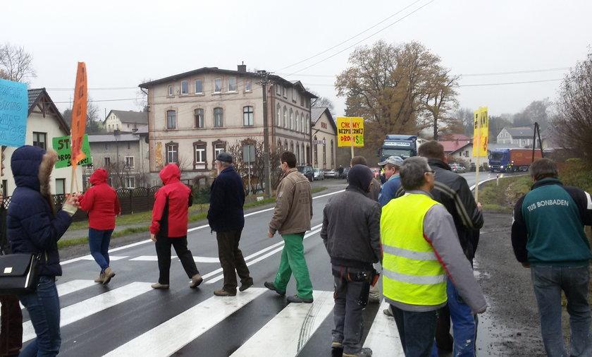 Protest na drodze krajowej nr 8 w Szczytnej. 20 minut po jego zakończeniu zginęła jedna z protestujących.