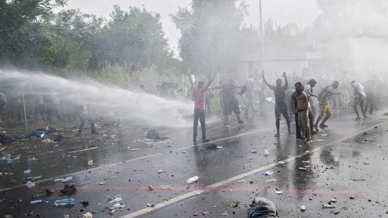 Imigranci odpowiadają, rzucając w policjantów kamieniami i butelkami. Według węgierskich źródeł rządowych, obrażenia odniosło 20 policjantów. Rannych zostało też dwoje dzieci, które przerzucono przez ogrodzenie.