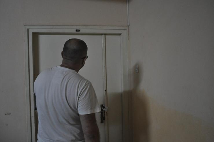 Bo02 Vrata od stana gde se odrzala zurka foto D.Kecic