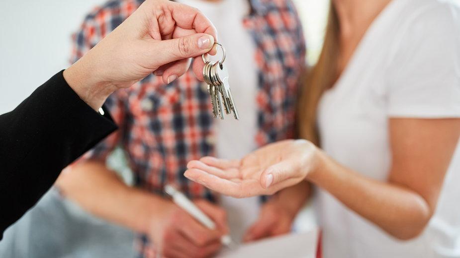 Odbiór mieszkania najlepiej wykonać z doświadczoną osobą  -  Robert Kneschke/stock.adobe.com