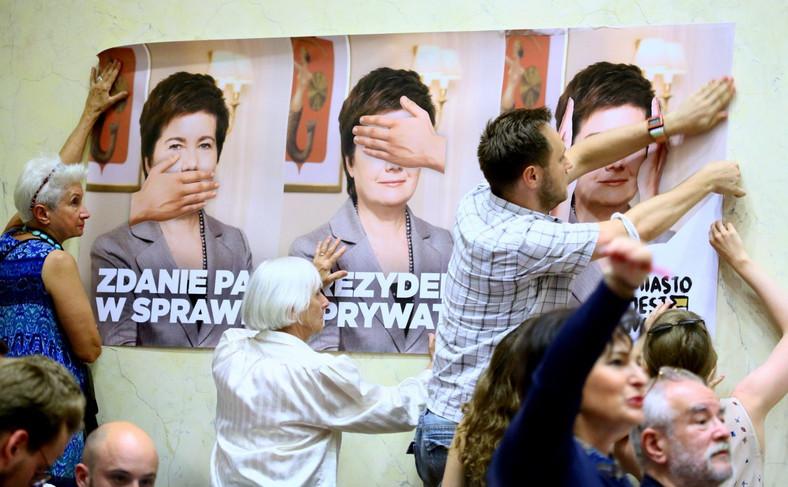 Protestujący podczas Rady Warszawy ws. reprywatyzacji