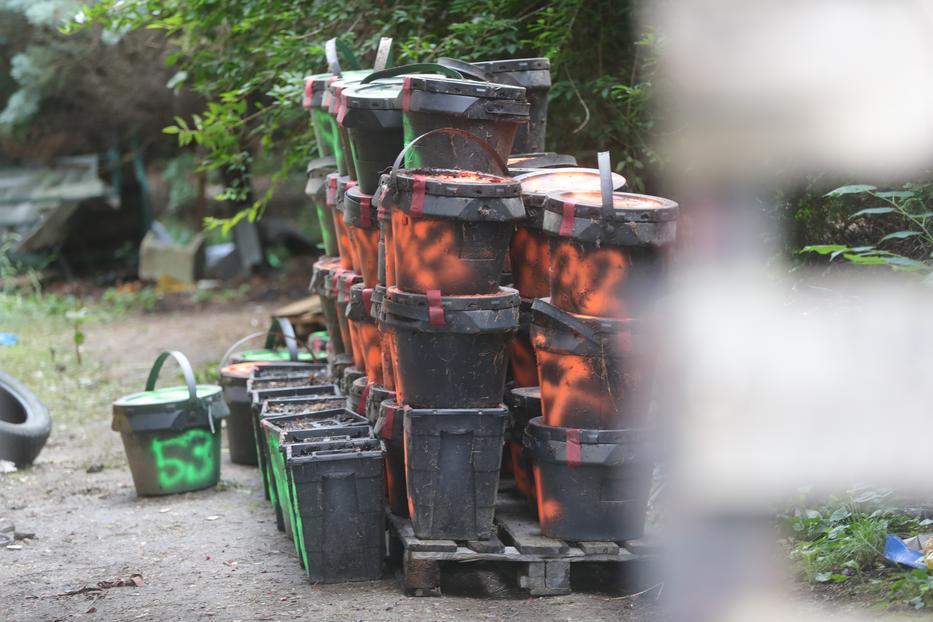 A képen látható vödröket le-foglalta a rendőrség. A fér-fi valószínű ezekben tárolta az ellopott testrészeket. / Fotó: Varga Imre
