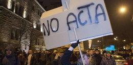 Palikot przegoniony z protestu przeciw ACTA