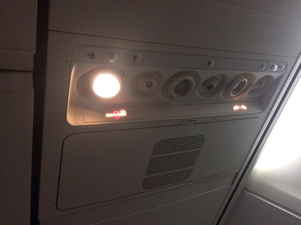 Wyposażenie panelu nad głowami zawiera te same elementy - indywidualną lampkę, nawiew, przycisk wzywający załogę. Są one jednak ułożone w innej kolejności.
