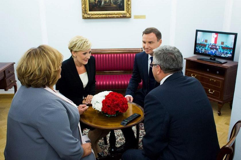 Bronisław Komorowski, były prezydent Polski z żoną i obecna nowa para prezydencka Andrzej i Agata Dudowie