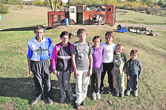 Sedmočlana porodica Ilić živi u olupini broda