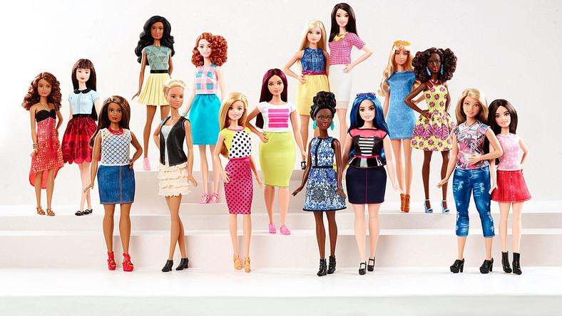 """Problem, który - wydaje się - wreszcie zauważyła firma Mattel Inc. polega na tym, że sylwetka Barbie promowała chorobliwie chudą sylwetkę. Taki wpływ na dziewczynki, które bawią się lalkami, mógł prowadzić je do odchudzania się, a w konsekwencji nawet do groźnej dla życia anoreksji. Od teraz lalka Barbie będzie wyglądać bardziej realistycznie. Poszczególne jej """"modele"""" będą również bardziej zróżnicowane. Niektóre przytyją, inne urosną, a jeszcze inne będą szczupłe, ale tak, żeby wyglądały naturalnie. Producent zapowiada, że Barbie - oprócz trzech nowych rodzajów sylwetki - zyska również 22 barwy oczu i 24 fryzury. A co z Kenem, partnerem Barbie? W tej sytuacji należałoby oczekiwać, że wkrótce firma Mattel wypuści na rynek także linię """"męskich"""" lalek, bardziej odpowiadających rzeczywistości. Czyli z mniej umięśnionymi ramionami, za to z piwnym brzuszkiem, przerzedzoną czupryną i wczorajszym zarostem..."""