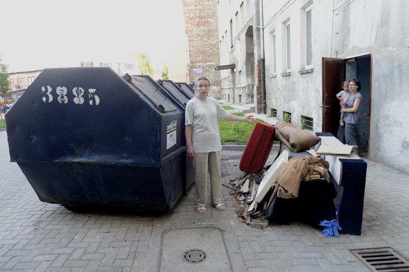 Kobieta przed śmietnikiem