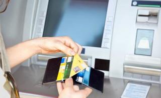 Kosztowna wojna o pieniądze z bankomatów: Stracą na tym klienci