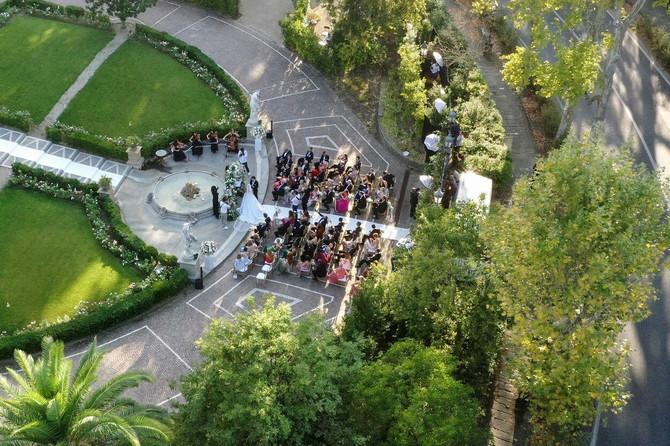 Pogled iz ptičje perspektive na svadbu