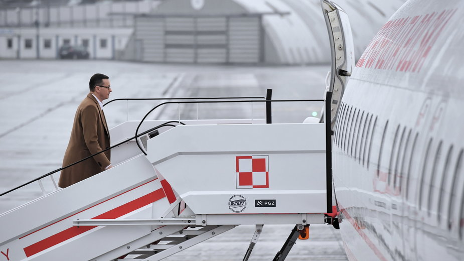 Mateusz Morawiecki wchodzi na pokład samolotu, zdjęcie z lutego 2020 r.