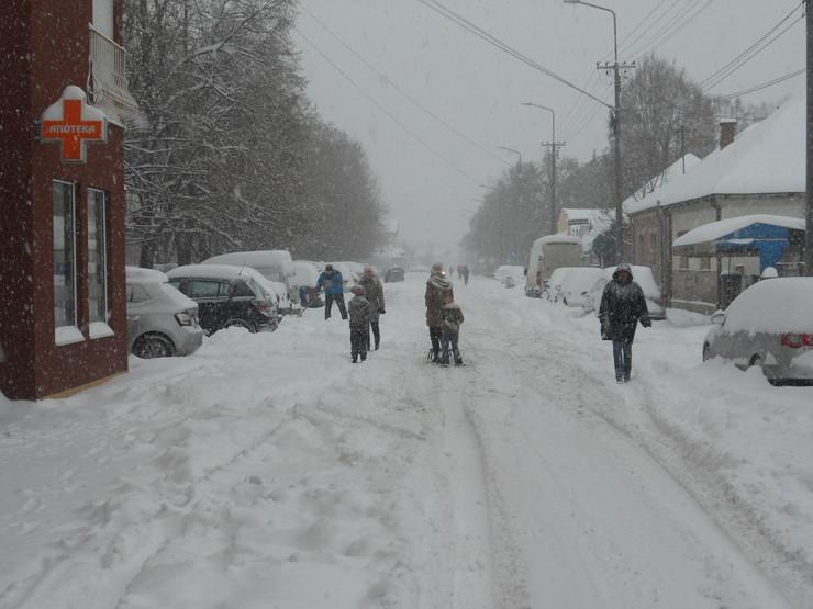 CACAK01 Pesaci hodaju kolovozom zbog nerasciscenih  trotoara foto V. Nikitovic