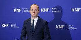 Były szef KNF zatrzymany. Jest wieziony do prokuratury