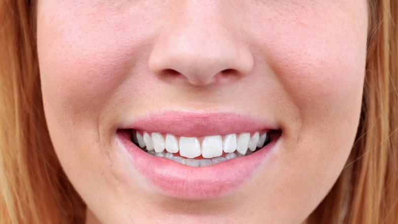 Stomatolodzy z University Hospital Heidelberg w Niemczech niedawno wykazali, że sportowcy mają więcej problemów z zębami, gdyż produkują mniej śliny, która niszczy bakterie i blokuje ich rozwój. Dodatkowo ślina sportowców często jest alkaliczna, co sprzyja tworzeniu się płytki nazębnej
