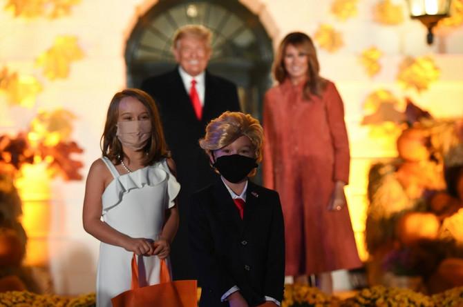 Devojčica i dečak prerušeni u Melaniju i Donalda Trampa