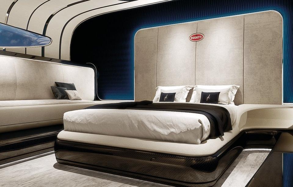 W tym samym pomieszczeniu znajduje się duże, dwuosobowe łóżko.