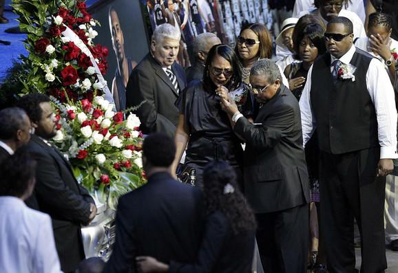 Šera Rajt u suzama na sahrani supruga, kojoj su prisustvovali i NBA igrači poput Anfernija Hardavaja i Eliota Perija