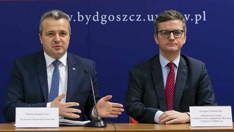 Mikołaj Bogdanowicz (z lewej) podczas ogłaszania dzisiejszej decyzji