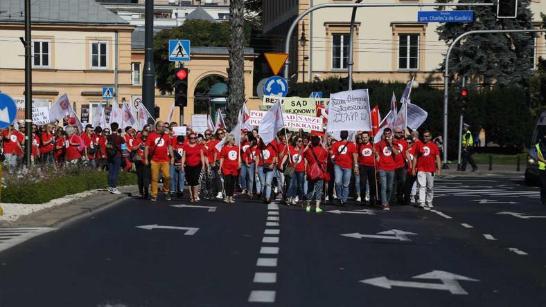 """""""Czerwony marsz"""" pracowników sądów i prokuratur"""