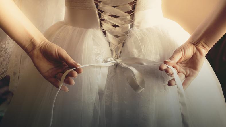 Homoseksualiści poprosili, by druhny założyły suknie ślubne na ich wesele. Zobaczcie