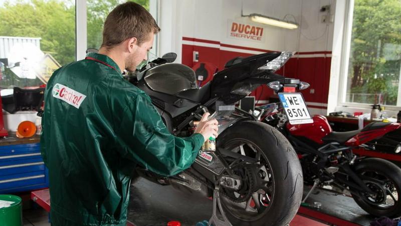 Po umyciu w myjni bezdotykowej warto poświęcić motocyklowi czas i nawoskować go, wyczyścić i zakonserwowwać części metalowe i plastiki