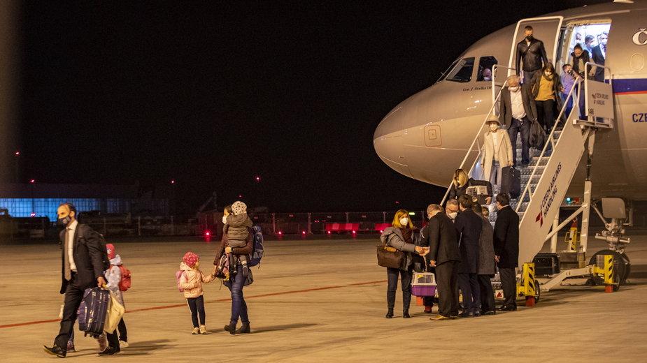 Czescy dyplomaci wyrzuceni przez Rosjan wracają z Moskwy do Pragi (19 kwietnia 2021)