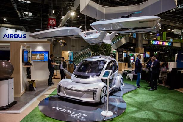 Technologia latającego samochodu jest bliżej niż myślimy. Na marcowym salonie samochodowym w Genewie Audi i Airbus zaprezentowały koncepcję mobilności opartą na ultralekkiej, dwuosobowej kabinie pasażerskiej, którą można przymocować do samochodu lub drona.