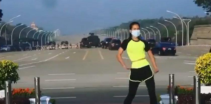 Nagrywała trening fitness. Nie zauważyła, co się dzieje za jej plecami