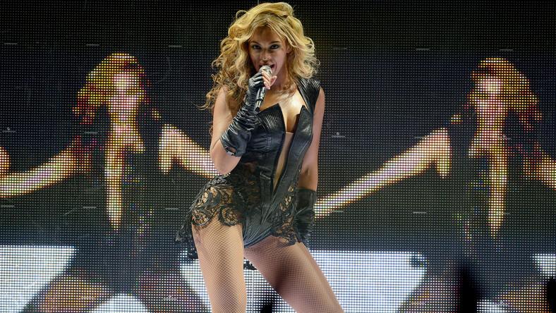"""Dwunastominutowy występ Beyoncé podczas przerwy w rozgrywkach o mistrzostwo futbolu – Super Bowl, dostarczył wielu emocji telewidzom oraz zebranym na stadionie Louisiana Superdome w Nowym Orleanie. Gwiazda dosłownie potraktowała powiedzenie """"zwalczyć ogień ogniem"""" i odpierając ogień krytyki za niedawne wykonanie hymnu narodowego z playbacku, dała """"ogniste"""" show"""