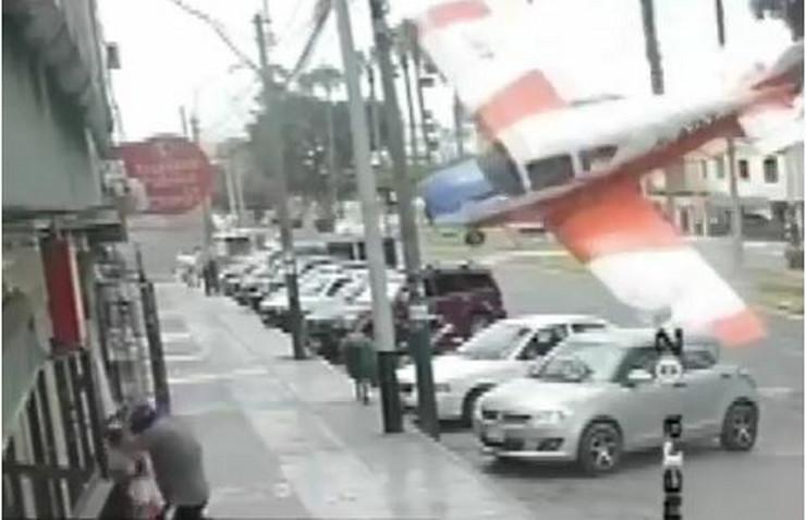 Avion pao na ulicu u Limi
