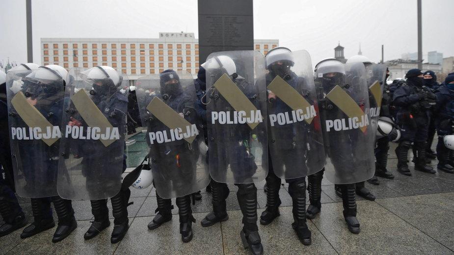 Warszawa: policjanci otoczyli kordonem pomnik smoleński