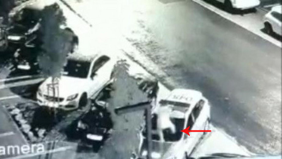 Kamera zarejestrowała, jak 18-latek skakał po radiowozie