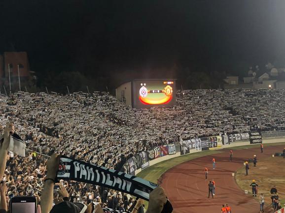 Navijači Partizana na početku meča