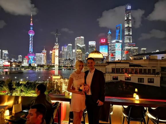 Ana i Aleksandar pod svetlima Šangaja
