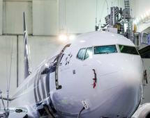Boeing 737 MAX 8 w malowaniu PLL LOT w fabryce Boeinga. Samolot zostanie przekazany przewoźnikowi na początku grudnia br.