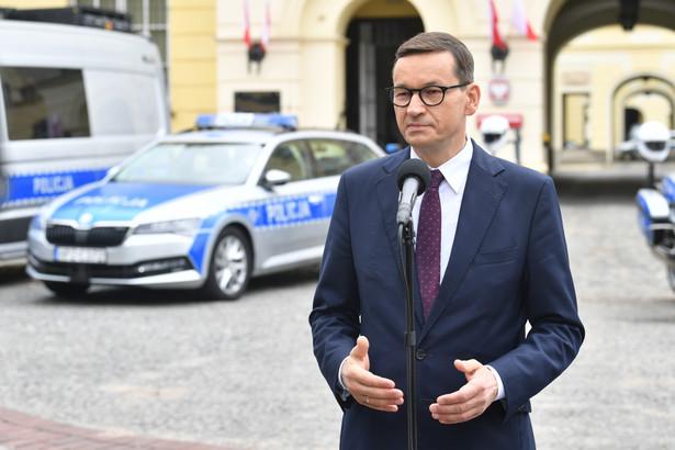 Premier Mateusz Morawiecki podczas konferencji prasowej poświęconej zwiększaniu bezpieczeństwa na polskich drogach