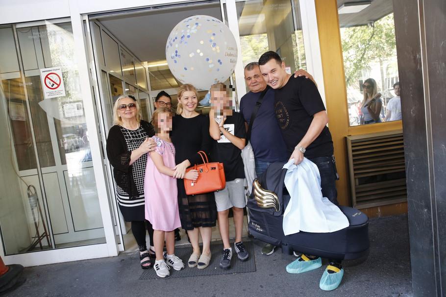 Danijela Karić i Ivan Mileusnić sa porodicom ispred porodilišta