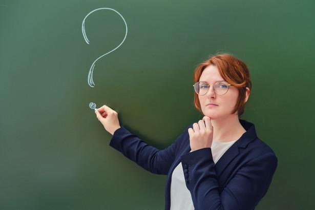 Dyrektor ma prawo w każdej chwili cofnąć przydział godzin ponadwymiarowych, informując wcześniej o tym nauczyciela.