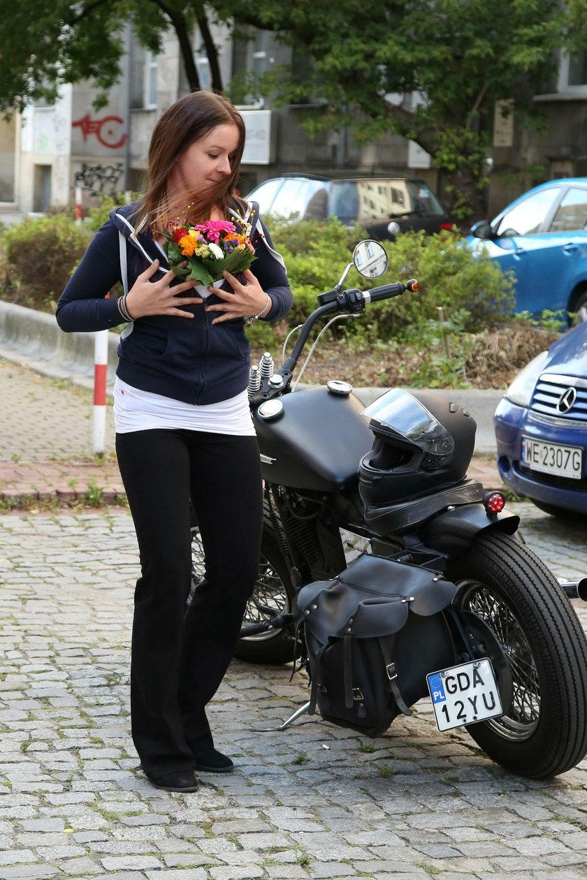Ewa Błachnio z kwiatami przy motocyklu