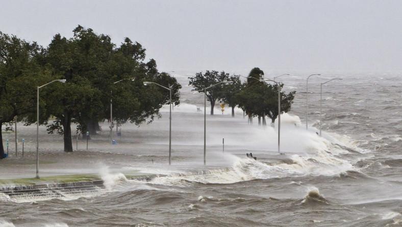 Przedstawiciel władz Plaquemines, Billy Nungesser, powiedział CNN, że trzymetrowe wały wprawdzie wytrzymują, ale przelewa się przez nie woda