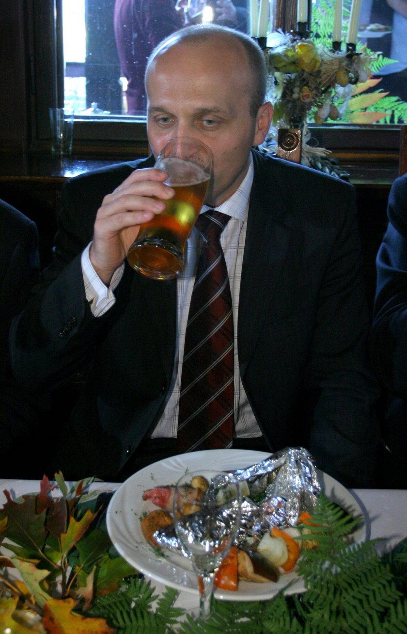 Kazimierz Marcinkiewicz z kuflem piwa w 2005 r.