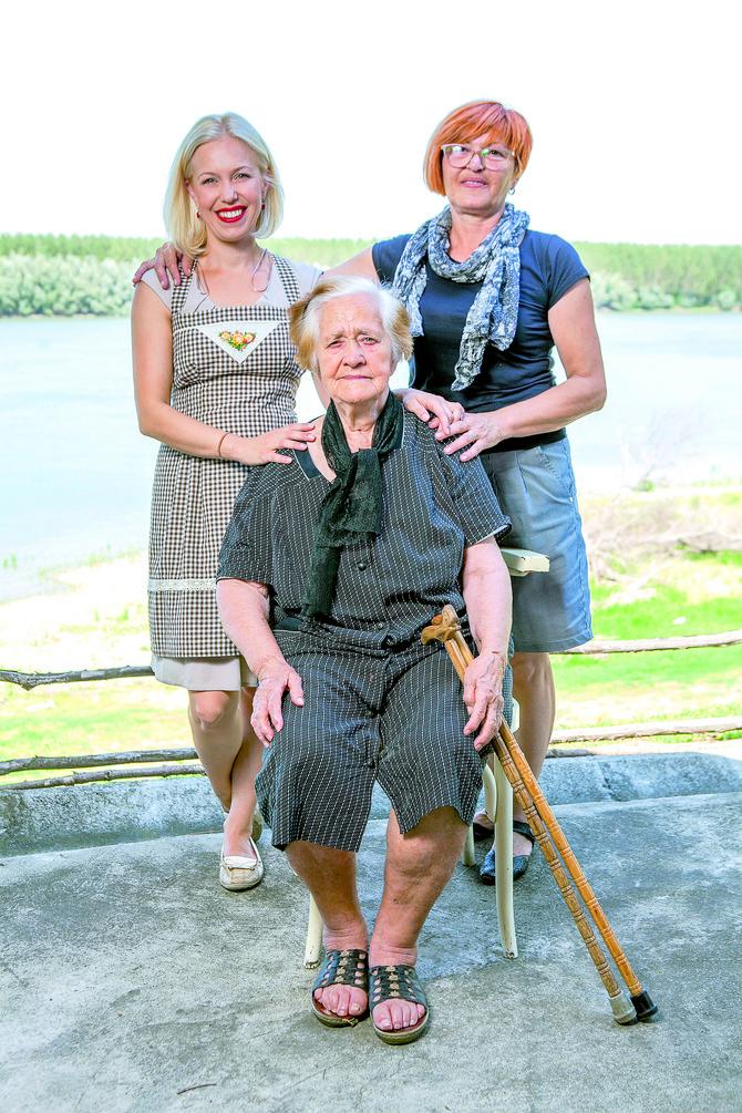 Tri generacije u vinogradima pored Dunava. Ivana s bakom Ljubicom (89) i majkom Ksenijom (57)