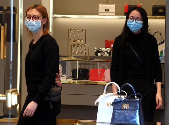 Prodavačice s maskama na licu u centru Milana