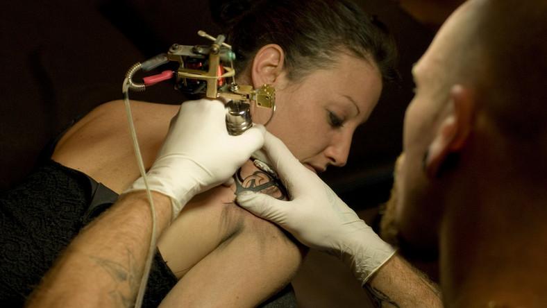 Kobieta w salonie tatuażu