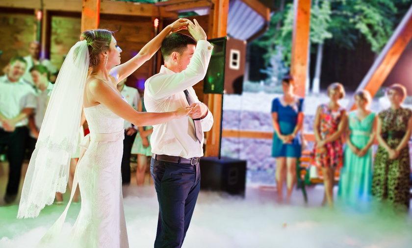Co na wierzch do długiej sukienki na wesele? Kiedy podczas ślubu zrobi się chłodno, przyda ci się coś do zarzucenia na ramiona. Tylko co wybrać? Żakiet? Szal? Futerko? Możliwości jest wiele, ale nie każda pasuje do wszystkich kreacji.