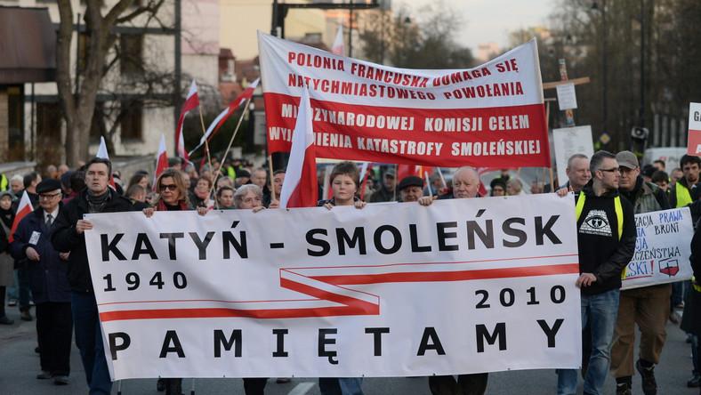 Uczestnicy wznosili hasła przeciwko postawie Kremla wobec katastrofy smoleńskiej, a także wobec Ukrainy. Oskarżali też polskie władze o współpracę z Rosją w sprawie tuszowania prawdziwych, ich zdaniem, przyczyn katastrofy sprzed prawie pięciu lat.