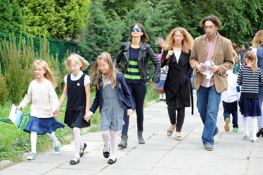 Viola Kołakowska odprowadza dzieci do szkoły