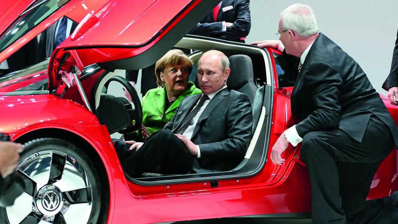 Kanclerz Angela Merkel i prezydent Władimir Putin otworzyli w Hanowerze Międzynarodowe Targi Przemysłowe - Rosja jest w tym roku krajem partnerskim imprezy. Politycy wspólnie odwiedzili stoisko Volkswagena - oprowadzał ich sam szef wszystkich szefów niemieckiej marki, czyli Martin Winterkorn, który pokazał im m.in. najnowsze dzieło inżynierów VW. Ale po kolei…