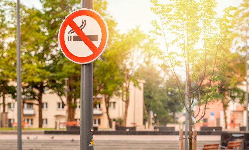 Ustawa zakazuje palenia papierosów m. in. w ogólnodostępnych miejscach, gdzie bawią się dzieci.